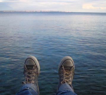 www.GetBg.net_Creative_Wallpaper_Relax_by_the_water_018549_-min