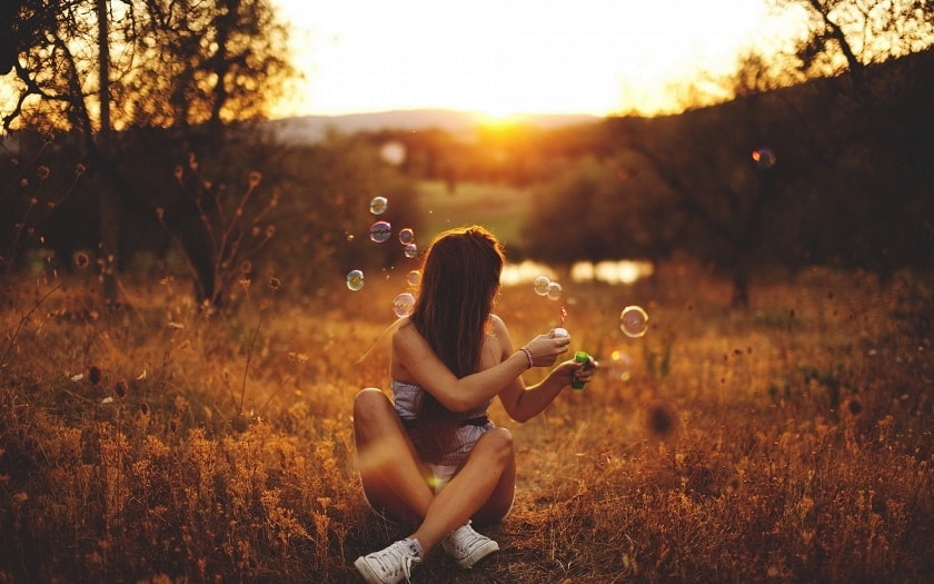 girl-sunset-bubbles-mood-15080-min